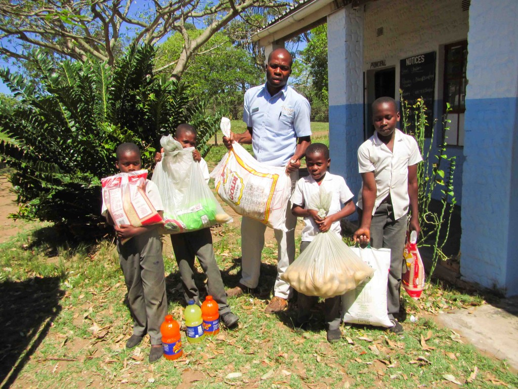 Thonga Beach Lodge guest donates food to Mabibi Primary School